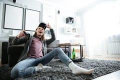 O homem feliz dentro joga jogos com vidros da realidade 3d virtual Imagens de Stock