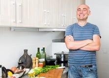 O homem feliz na prima de vida na cozinha preparou duas saladas foto de stock royalty free