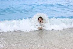 O homem feliz nada no mar Fotografia de Stock