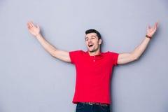 O homem feliz que dá boas-vindas a lhe com seus braços abre Fotografia de Stock