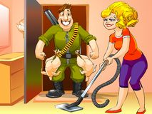 O homem feliz veio em casa da caça, mulher com aspirador de p30 Imagem de Stock