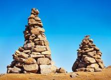 O homem fez montes de pedras em uma fuga de caminhada Fotografia de Stock