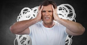 O homem forçado ansioso da dor de cabeça com branco rabisca no fundo escuro foto de stock royalty free