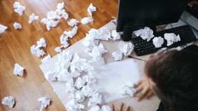 O homem forçado cruza-se para fora o que é escrito e joga-se o papel amarrotado longe da tabela Movimento lento vídeos de arquivo