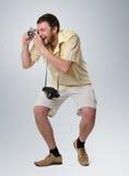 O homem fresco nos shorts o fotógrafo Fotos de Stock Royalty Free