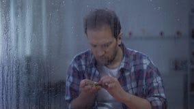 O homem frustrado que olha nos pulmões radiografa no dia chuvoso, doença incurável, câncer vídeos de arquivo