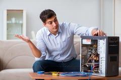 O homem frustrante com o computador quebrado do PC imagem de stock