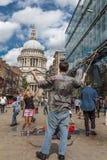 O homem funde bolhas para crianças em St Pauls Cathedral fotografia de stock royalty free