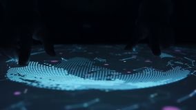 O homem gerencie o mapa celestial na tabela interativa sensorial do tela táctil vídeos de arquivo