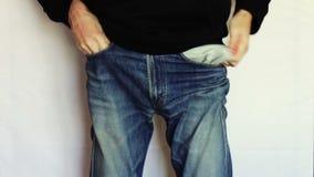 O homem gerencie os bolsos vazios de suas calças de brim Nenhum dinheiro video estoque