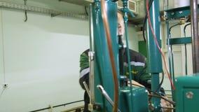 O homem gerencie a válvula ao mecanismo do lançamento na oficina vídeos de arquivo