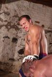 O homem golpeia o oponente com joelho foto de stock