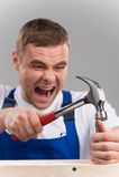 O homem golpeou-se com o martelo no dedo Imagens de Stock Royalty Free