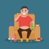O homem gordo dos desenhos animados que senta-se no sofá come a comida lixo Foto de Stock Royalty Free