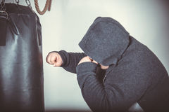 O homem gordo treina a caixa no gym Fotos de Stock