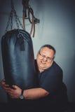 O homem gordo treina a caixa no gym Fotografia de Stock