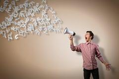 O homem grita em um megafone Imagens de Stock