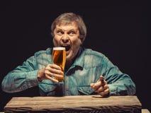 O homem gritando na camisa da sarja de Nimes com vidro de Fotografia de Stock