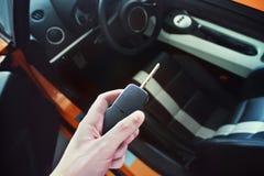 O homem guarda a chave de um carro luxuoso imagens de stock royalty free