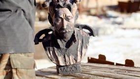 O homem guarda a metragem velha do estoque do busto O homem em luvas do trabalho aumenta o busto velho empoeirado do homem import filme