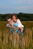 O homem guarda a mulher nas mãos Imagens de Stock Royalty Free