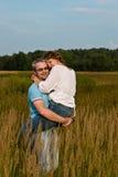 O homem guarda a mulher nas mãos Imagens de Stock