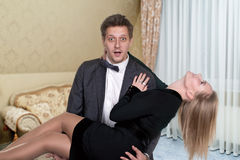 O homem guarda a mulher nas mãos Foto de Stock