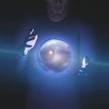 O homem guarda o planeta e o espaço na esfera Fotos de Stock Royalty Free
