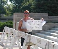 O homem guarda sinal escrito à mão na reunião fixar nossas beiras Fotografia de Stock