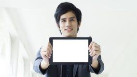 O homem guarda a tabuleta vazia branca da tela Imagem de Stock Royalty Free