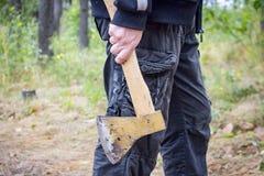 O homem guarda um machado Fotos de Stock Royalty Free