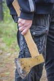 O homem guarda um machado Fotografia de Stock