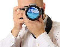 O homem guarda uma câmera imagem de stock