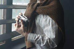 o homem guarda uma câmera do filme do vintage Imagens de Stock