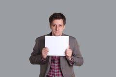O homem guarda uma folha de papel limpa Imagens de Stock