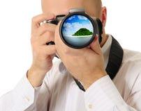 O homem guardara uma câmera imagem de stock