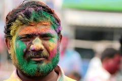 O homem hindu indiano comemora Holi ou o festival hindu indiano das cores um acontecimento anual Fotos de Stock Royalty Free