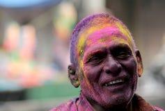 O homem hindu superior indiano comemora Holi ou o festival hindu indiano das cores um acontecimento anual Imagens de Stock Royalty Free
