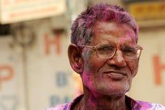 O homem hindu superior indiano comemora Holi ou o festival hindu indiano das cores um acontecimento anual Imagem de Stock