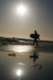 O homem idoso anda no oceano Foto de Stock Royalty Free