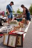 O homem idoso compra na grande venda de garagem Fotografia de Stock Royalty Free