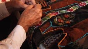 O homem idoso costura video estoque