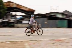 o homem idoso de Ásia monta a bicicleta Fotos de Stock Royalty Free
