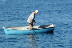 O homem idoso e o mar imagens de stock