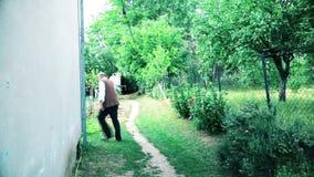 O homem idoso está andando pela casa vídeos de arquivo