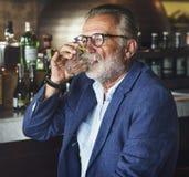 O homem idoso está sentando-se em um bar foto de stock royalty free