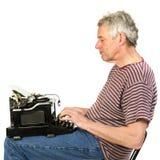 O homem idoso está escrevendo uma letra Fotografia de Stock