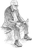 O homem idoso lê um jornal Fotos de Stock Royalty Free