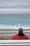 O homem idoso olha o mar Imagem de Stock Royalty Free