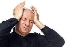 O homem idoso sofre da dor de cabe?a fotos de stock royalty free